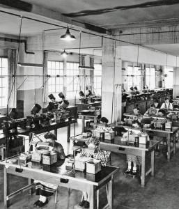 Mitarbeiterinnen der KGM bei der optischen Qualitätskontrolle